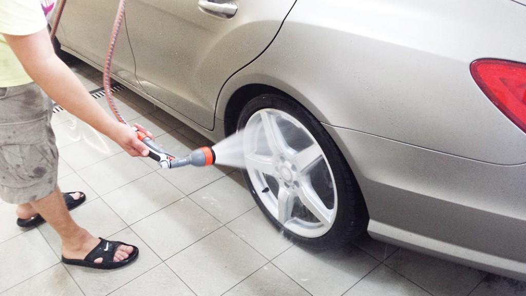 Umývanie kolesa auta